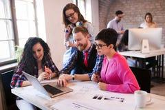 Сотрудники работая совместно в команде и обсуждая идеи Стоковые Фото