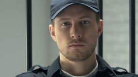 Сотрудник тюрьмы смотря камеру, поддерживая заказ и контролируя воспитанников видеоматериал