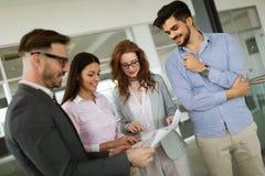 Сотрудничество и анализ бизнесменами работая в офисе Стоковая Фотография RF