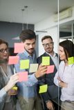 Сотрудничество и анализ бизнесменами работая в офисе стоковые фото