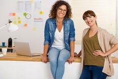 сотрудничество совместно 2 принципиальной схемы коммерсантки businessteam работая Стоковое Изображение