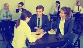 Сотрудники говоря о проекте дела в офисе Стоковые Фотографии RF