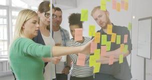 Сотрудники коллективно обсуждать на новой схеме видеоматериал