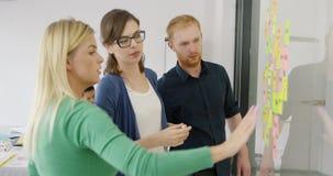 Сотрудники работая на новом проекте акции видеоматериалы