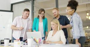Сотрудники с компьтер-книжкой в офисе видеоматериал