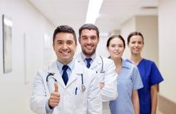 Сотрудник военно-медицинской службы или доктора на больнице показывая большие пальцы руки вверх Стоковая Фотография RF