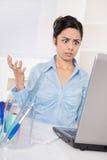 Сотрясенная азиатская бизнес-леди имеет проблемы компьютера Стоковые Фотографии RF