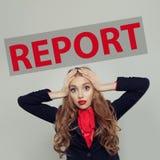 Сотрясенная бизнес-леди с надписью отчета стоковое фото rf