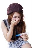 Сотрясенная девушка держит тест на беременность стоковая фотография rf