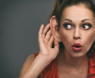 Сотрясенная девушка подслушивая кто-то стоковые изображения