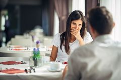 Сотрясенная женщина в неверии Регулировать плохую новость Отношение, супружеские проблемы Исповедь слуха женщины от супруга разво стоковое фото rf