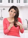 Сотрясенная и унылая женщина - сломанные волосы после колорита стоковая фотография rf