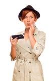 Сотрясенная молодая женщина держа умный сотовый телефон на белизне Стоковое Изображение