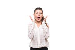 Сотрясенная молодая женщина покрывает ее рот с руками стоковые изображения rf