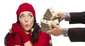 Сотрясенная молодая женщина смешанной гонки будучи вручанным тысячи долларов Стоковое Изображение
