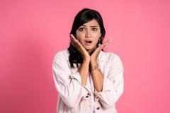 Сотрясенное молодое азиатское выражение женщины стоковые изображения rf