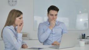 Сотрясенные бизнесмены интересуя в благоговении на работе видеоматериал