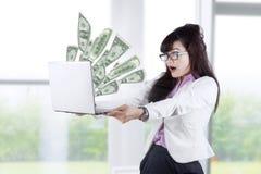 Сотрясенные деньги 1 взгляда коммерсантки Стоковые Фото
