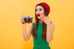 Сотрясенный турист фотографа молодой женщины стоковое фото