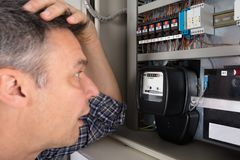 Сотрясенный человек смотря метр Стоковая Фотография RF