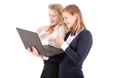 2 сотрясенных девушки используя компьтер-книжку Стоковые Фото