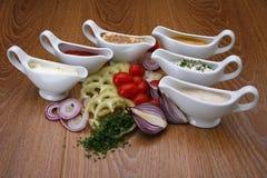 Соусы для различных блюд стоковая фотография