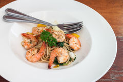 Соус базилика спагетти с кипеть креветкой Стоковое Изображение