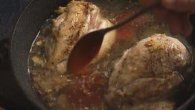 Соус горячего chili полит в куриные грудки в кастрюльке сток-видео