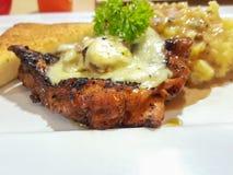 Соус гриба champignon цыпленка стейка служил с помятым potat Стоковые Изображения