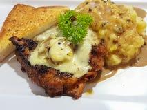 Соус гриба champignon цыпленка стейка служил с помятым potat Стоковая Фотография RF