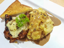 Соус гриба champignon цыпленка стейка служил с помятым potat Стоковое фото RF