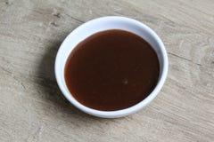 Соус кетчуп карри шара на деревянной предпосылке стоковые фотографии rf