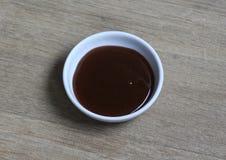 Соус кетчуп карри шара на деревянной предпосылке стоковое изображение