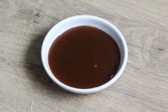 Соус кетчуп карри шара на деревянной предпосылке стоковые изображения