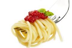 соус красного цвета макаронных изделия вилки базилика Стоковые Изображения RF