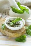 Соус песто свежих зеленых листьев базилика Стоковое Изображение