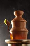 Соус фондю шоколада капания плодоовощ кивиа Стоковая Фотография RF