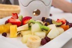 Соус шоколада и сортированный плодоовощей и ягод стоковые фото