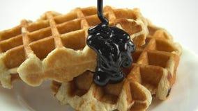 Соус шоколада пропускает на waffles видеоматериал