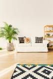 Софа в живущей комнате стоковое изображение