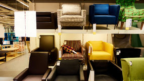 Софа в современном магазине мебельного магазина Стоковое Фото