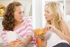 софа говоря 2 женщинам Стоковое фото RF