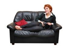 софа девушки с волосами кладя красная Стоковое Фото