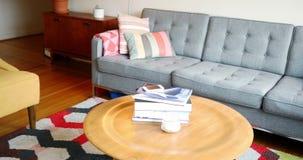 Софа и кресло в живущей комнате акции видеоматериалы