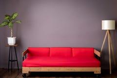 Софа и лампа комнаты красные loft стоковое фото