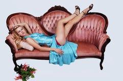 софа красивейшей девушки лежа Стоковая Фотография