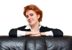 софа красного цвета портрета девушки с волосами близкая Стоковые Изображения RF