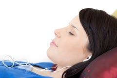 софа нот девушки слушая лежа relaxed предназначенная для подростков Стоковые Фото