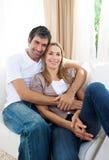 софа пар счастливая ослабляя Стоковое Изображение