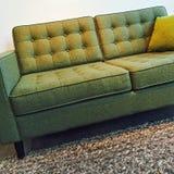 Софа ретро стиля элегантная зеленая стоковое изображение rf